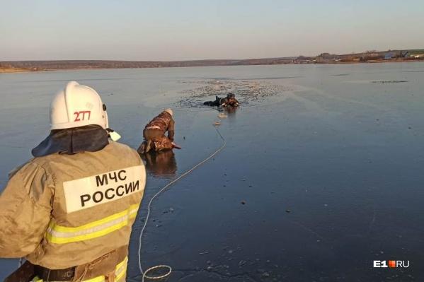 Спасатель пополз к школьнику по тонкому льду, но тоже провалился в ледяную воду, однако смог спасти ребенка