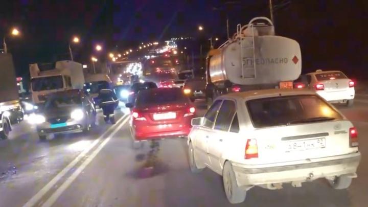Столкнулись КАМАЗ и несколько легковых: в Волгограде авария парализовала Вторую Продольную магистраль