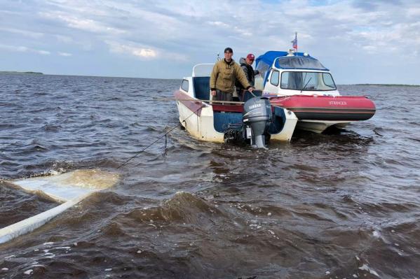 Затонувшую в море лодку спасатели взяли на буксир