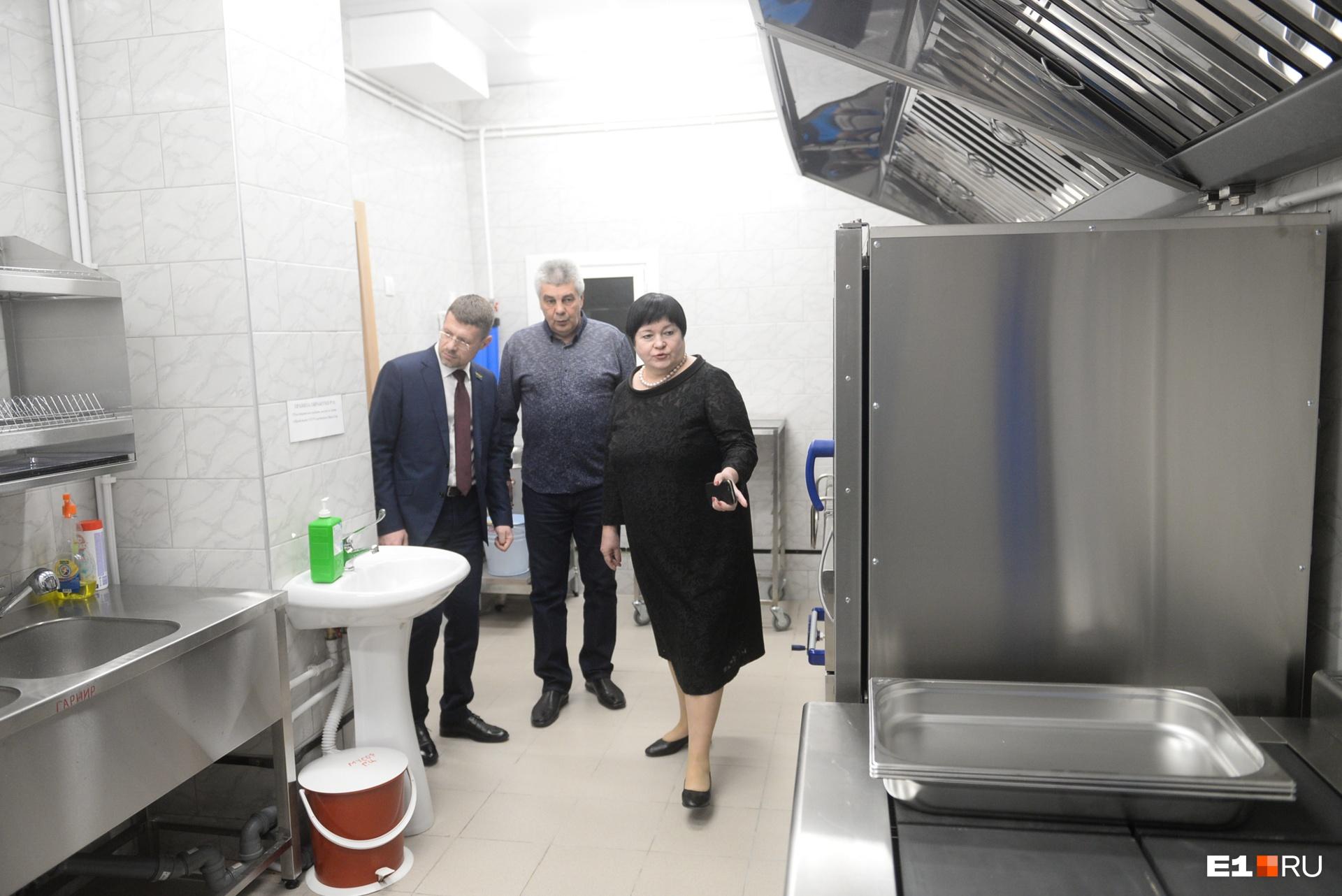 Елена Евгеньевна придирчиво осматривает пищеблок в новой школе