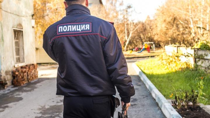 В Новокузнецке женщина оставила в машине 4-летнего сына. Он выбрался на улицу и пошёл гулять