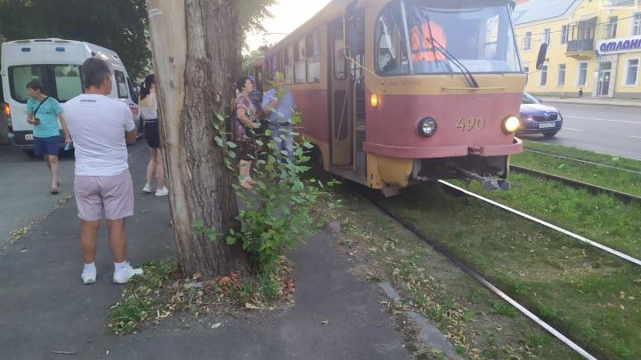 «Пострадавший в тяжелом состоянии»: в Екатеринбурге трамвай сбил 18-летнего парня
