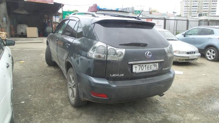 Lexus c тонированными стеклами задним ходом насмерть сбил женщину в Екатеринбурге