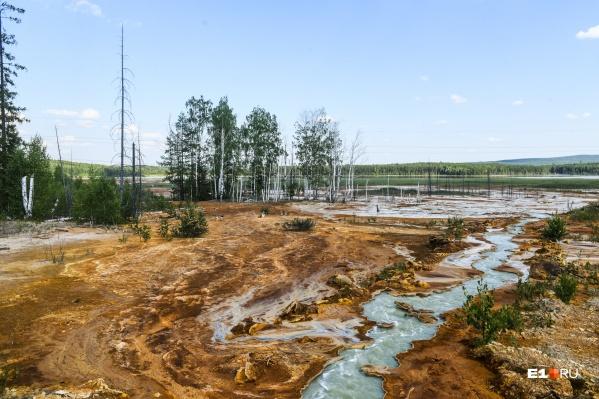 Шахтная вода Лёвихинского рудника, смешанная с известкой, бежит от станции нейтрализации к пруду-отстойнику