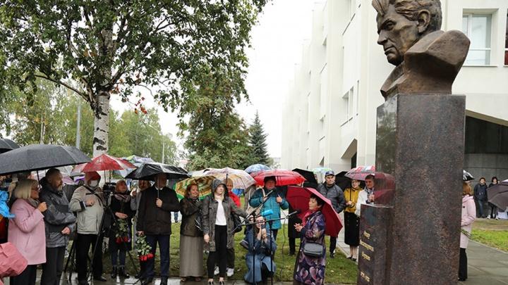 В Архангельске открыли памятник Фёдору Абрамову