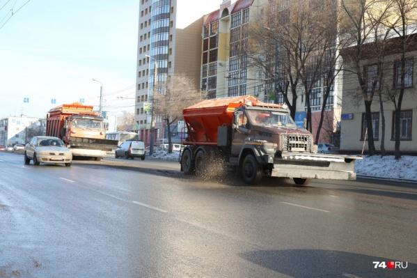 На залитые солью улицы челябинцы жалуются уже не первую неделю