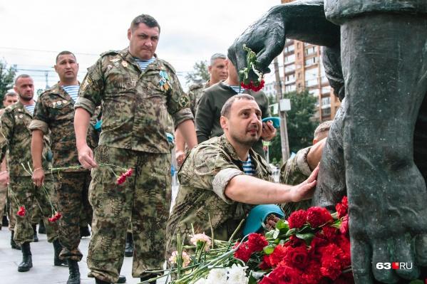 На площадь Памяти пришло немало военнослужащих