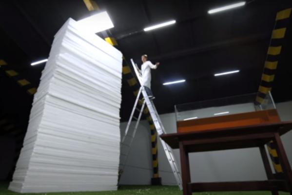Пирамида из листов получилась огромной