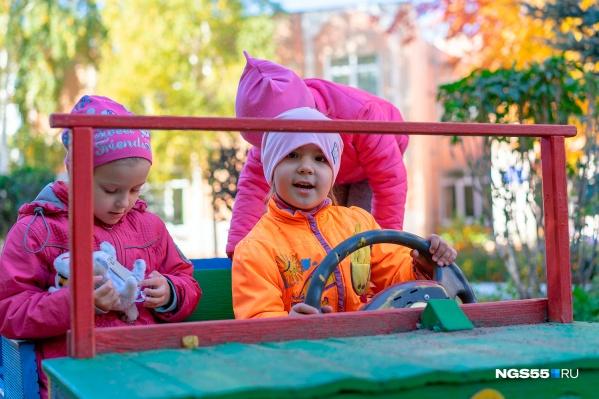Обустраивать детские сады и площадки часто приходится за счет родителей