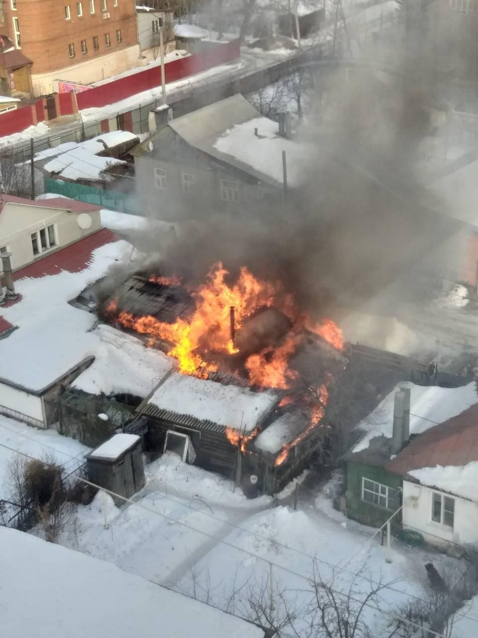 Дома здесь находятся очень близко друг другу. Пожарным удалось отстоять жильё соседей