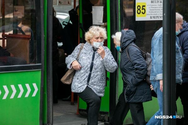 Всё произошло во время движения автобуса, а на остановке мужчина выскочил и убежал