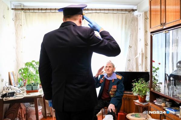 Ветеранам устраивали концерт под окнами, а потом вручали подарки