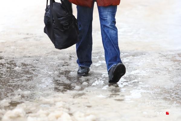 По обледенелым дорогам ходить нужно очень осторожно: мелкими шагами и не торопясь