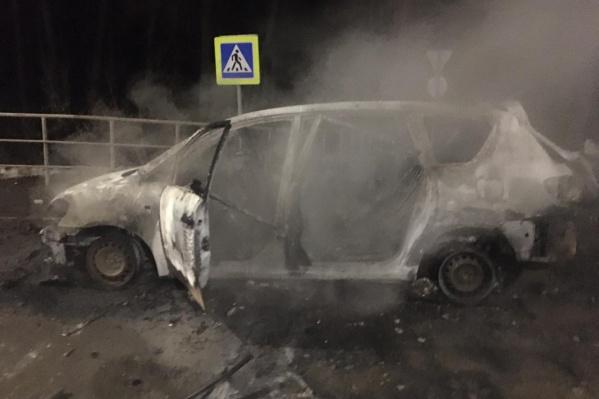 После взрыва самодельной бомбы от автомобиля террориста осталась лишь груда дымящегося металла