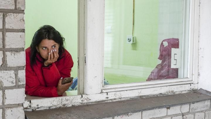 «Ни щётки зубной, ни трусов»: трёх жильцов взорвавшегося дома поселили в COVID-обсерватор. Видео