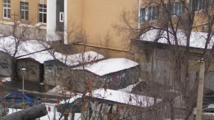«Срок — два дня»: в Волгограде от жильцов многоэтажки потребовали очистить двор от металлических гаражей
