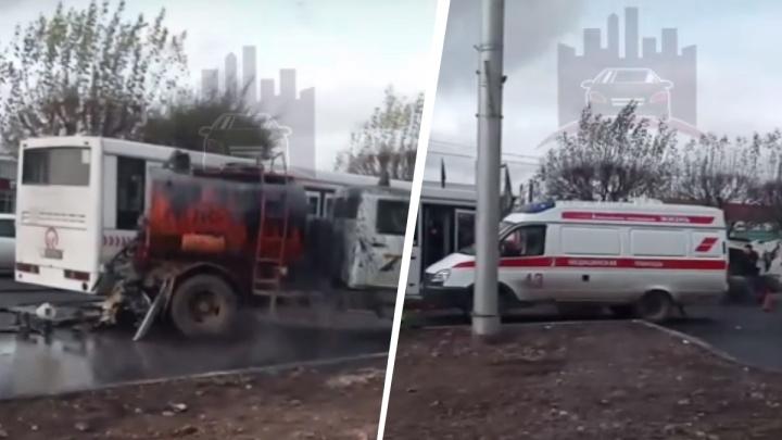 Пассажирский автобус протаранил машину дорожных рабочих