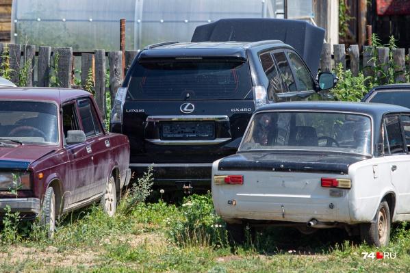 Номера уLexus сняли вскоре после аварии, но очевидцы успели рассмотреть и их, и владельца автомобиля. Андрей Косилов — личность в регионе известная