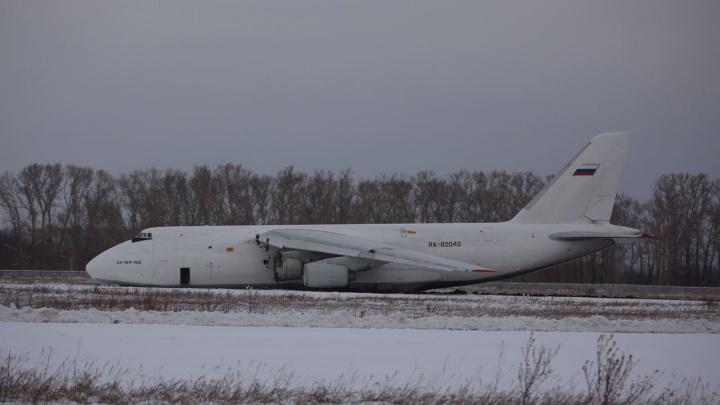 Что происходило вокруг экстренно приземлившегося самолета в Толмачево — 16 кадров с места и одно видео