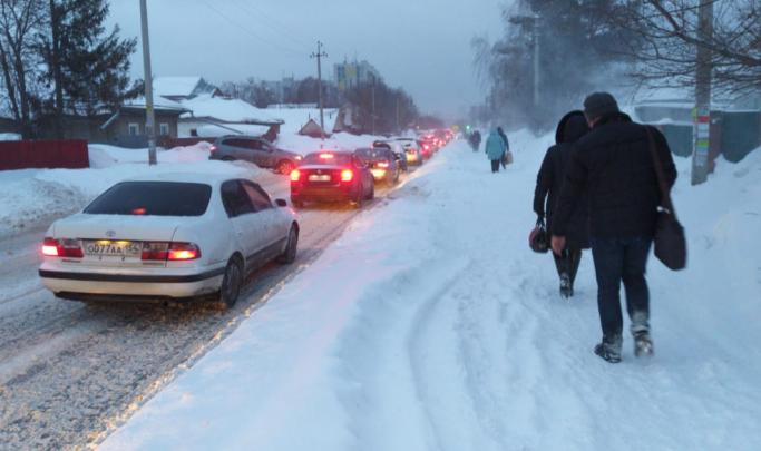 Родники встали в пробку с самого утра — не спасает даже новая дорога