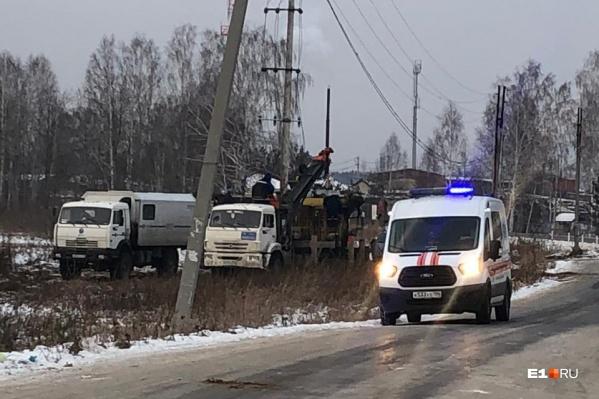 Местные жители говорят, что энергетики пробили газопровод, когда бурили землю