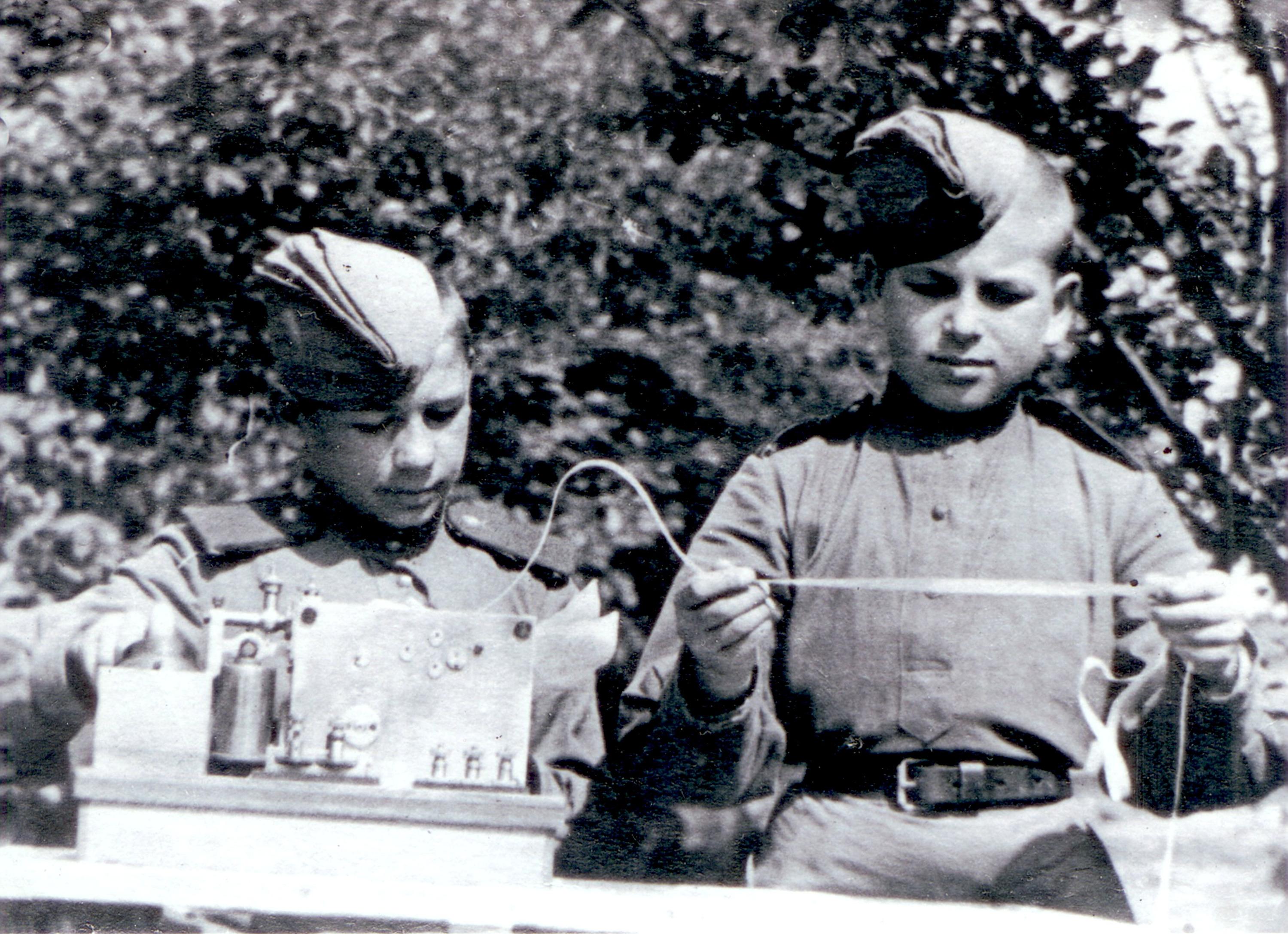 """Сыны полка Коля Жигачёв и Саша Лобанов работают на аппарате Морзе, <a href=""""https://www.e1.ru/news/spool/news_id-52967101.html"""" target=""""_blank"""" class=""""_"""">лето 1944 года</a>"""