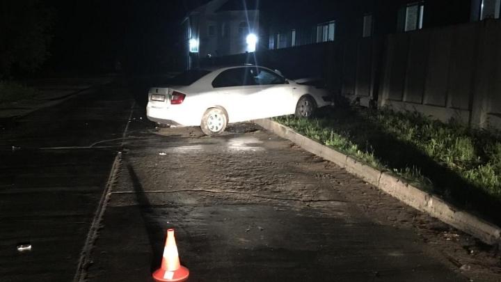 «Шкода» влетела в бетонный забор в Новосибирске: два человека в больнице, водитель сбежал с места ДТП