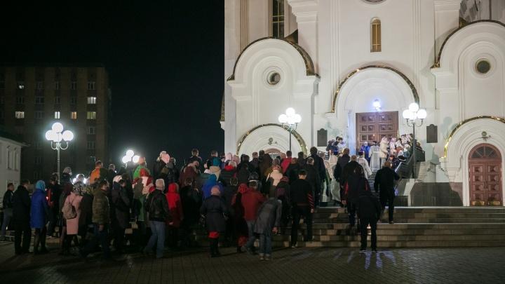 Несмотря на запрет, десятки верующих пришли к храму в пасхальную ночь