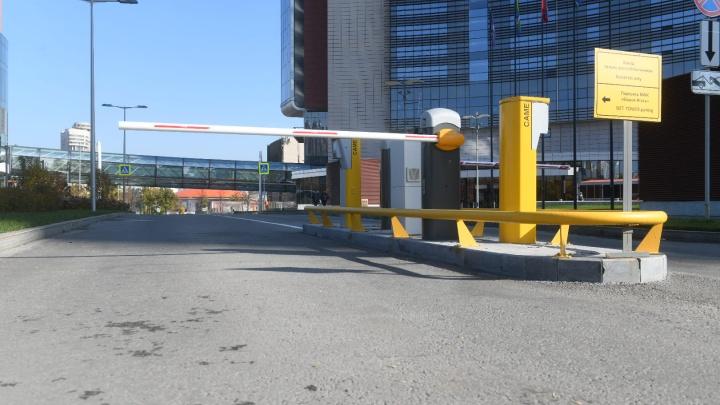 «Дочка» УГМК перекрыла шлагбаумом проезд в центре Екатеринбурга. Говорят, что ради озеленения
