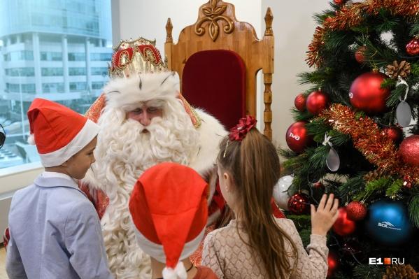 Настоящий Дед Мороз выглядит так, но в этом году детям придется довольствоваться переодетым дворником (или физруком)