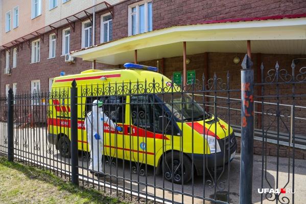 Первые заразившиеся медики появились в РКБ имени Куватова