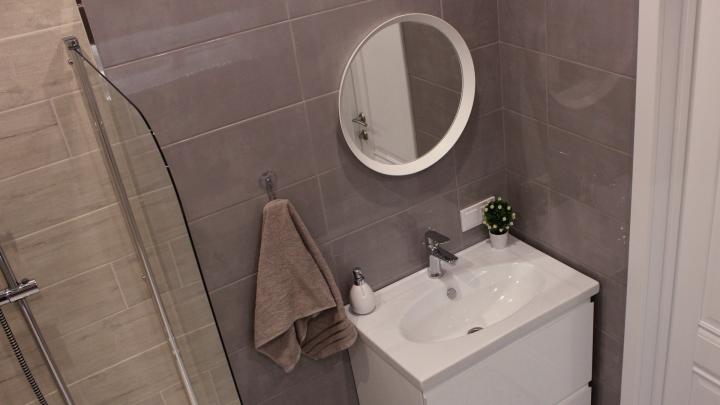 Поставили тропический душ: заглянули в челябинскую ванную, декор которой меняют исходя из времени года