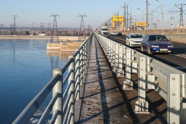 Дорожные ограждения на мосту выставили еще в 2019 году