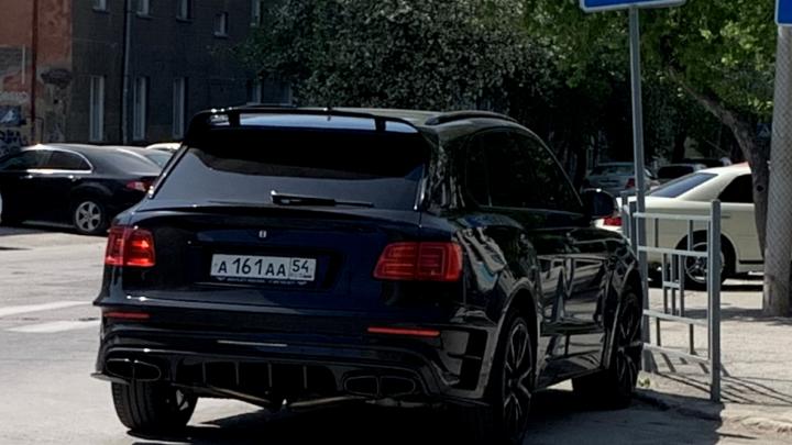 Чудаки недели. «Бентли» ААА встал прямо на перекрестке, а BMW ТТТ гоняет пешеходов