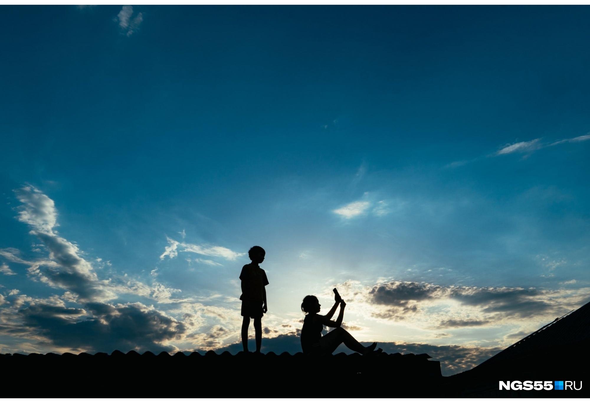 """Когда вслед за эпидемией пришло дистанционное обучение, открылась еще одна проблема. Во многих селах Омской области очень плохой интернет. <a href=""""https://ngs55.ru/text/education/2020/05/22/69270730/"""" target=""""_blank"""" class=""""_"""">Ученики деревни Танатово</a> ради домашнего задания забирались на крыши сараев, заборы и горки"""