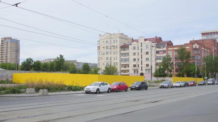 На месте конюшен и огородов: в историческом центре Челябинска начали строить прокуратуру