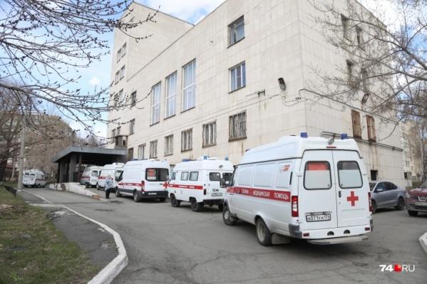 Сегодня у больницы выстроились в очередь 19 автомобилей скорой помощи
