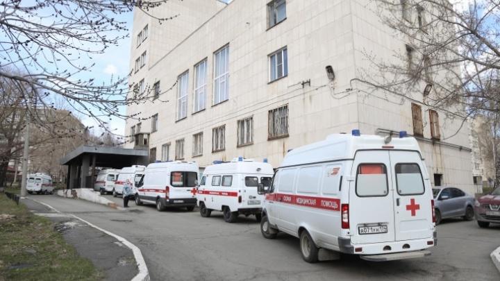 В Минздраве рассказали, что сделали для сокращения очереди из скорых возле челябинской больницы