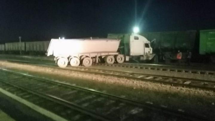 В Свердловской области тягач с отказавшими тормозами выехал на пути и протаранил поезд
