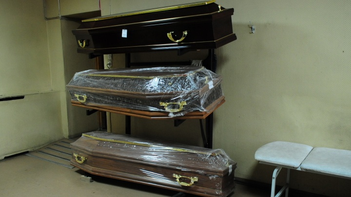 «Пользуются паникой вокруг COVID-19»: как уральские похоронщики наживаются на родственниках умерших