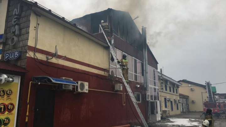 В Башкирии сгорела популярная кальянная, очевидцы сняли видео