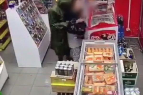 Мужчина пробрался ночью в магазин и заставил продавца отдать деньги, энергетик и семечки