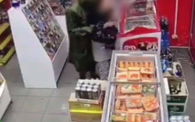 Мужчина ограбил магазин в центре Красноярска ради банки энергетика и семечек