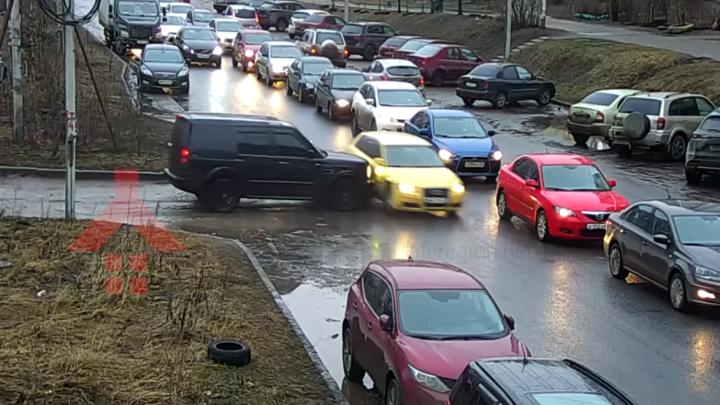 В Ярославле ищут водителя внедорожника, устроившего массовое ДТП, в котором пострадала девочка