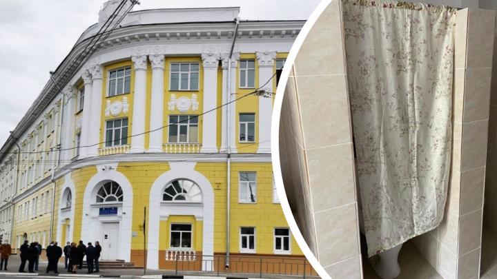 В отремонтированной нижегородской гимназии № 1 школьникам приходится ходить в туалет за шторкой