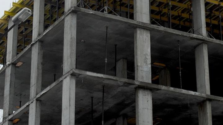 Рабочий упал в шахту лифта строящегося здания в Калининском районе и погиб