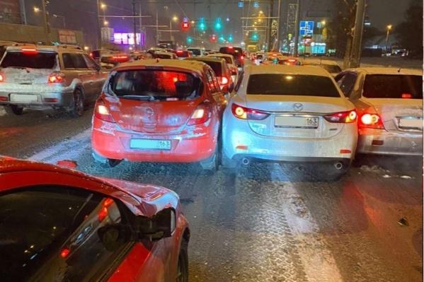 Причиной затора стала авария с участием пяти машин