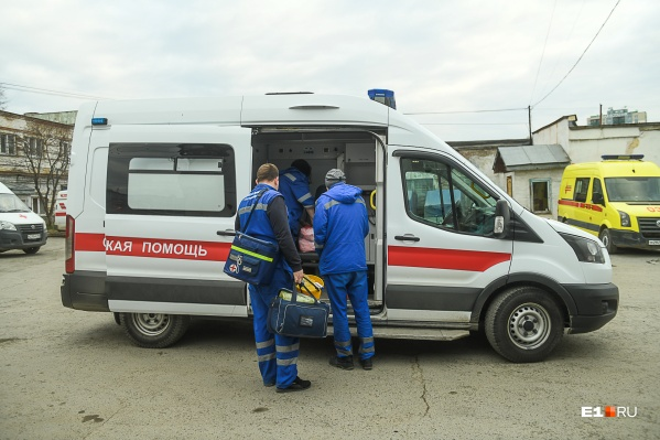 Сейчас в Екатеринбурге две подстанции выезжают к тем, у кого подозревают COVID-19