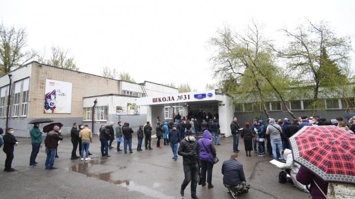 Как Ростов пропуска получал: репортаж из очередей у пунктов выдачи