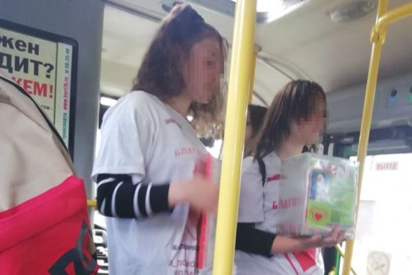 Подростки в белых футболках обычно собирают деньги в транспорте